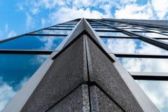 Weerspiegelende Wolkenkrabber die met de hemel langs pijler pronken stock afbeeldingen