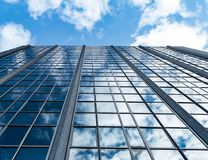 Weerspiegelende Wolkenkrabber die met de hemel pronken stock afbeelding