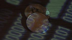 Weerspiegeling van binaire code inzake bitcoinmuntstukken Mijnbouw van crypto-munten Mijnbouwlandbouwbedrijf op inkomens van cryp stock video
