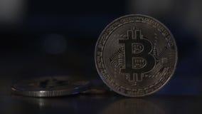 Weerspiegeling van binaire code inzake bitcoinmuntstukken Mijnbouw van crypto-munten Mijnbouwlandbouwbedrijf op inkomens van cryp stock videobeelden