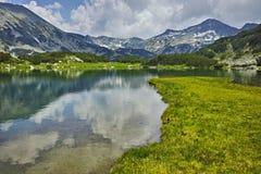 Weerspiegeling van de chukar piek van Banderishki in Muratovo-meer, Pirin-Berg royalty-vrije stock fotografie