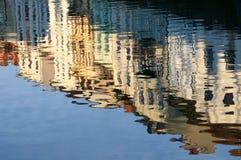 Weerspiegeling van een stadswaterkant in rivier Royalty-vrije Stock Afbeelding