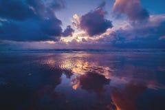 Weerspiegeling van een zonsondergang bij de Deense kust stock fotografie