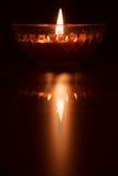 Weerspiegeling van het branden van kaars stock foto's