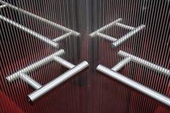 weerspiegeling van het hangen spiegel binnenlandse afmeting in lift stock foto's