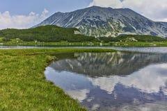 Weerspiegeling van Todorka-piek in Muratovo-meer, Pirin-Berg royalty-vrije stock afbeelding