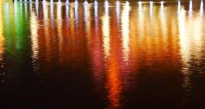 Weerspiegeling van verlichting op water stock fotografie