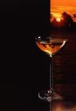 Weerspiegeling van Zonsondergang in Glas van Champagne royalty-vrije stock afbeelding