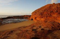 Weerspiegeling van zonsondergang op klippen royalty-vrije stock afbeelding