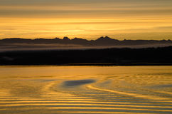 Weerspiegeling van zonsondergang op water Royalty-vrije Stock Foto's