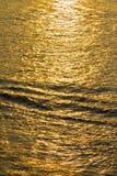 Weerspiegeling van zonsondergang over de rivier Royalty-vrije Stock Foto