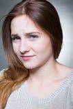 Weerzinwekkend jong brunette stock foto