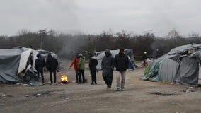 Weerzinwekkende levensomstandigheden onder tenten in vluchtelingskamp in Bosnië Balkan route stock videobeelden