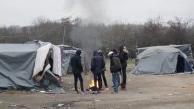 Weerzinwekkende levensomstandigheden onder tenten in vluchtelingskamp in Bosnië Balkan route stock video