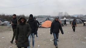 Weerzinwekkende levensomstandigheden onder tenten in vluchtelingskamp in Bosnië Europese Migrerende Crisis stock video
