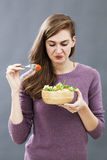 Weerzinwekkende vrouw ongelukkig met haar maaltijd stock fotografie