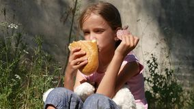 Wees Droevig Kind op Verlaten Algemene Vergadering, Ongelukkig Verdwaald Meisje die Brood, Worst 4K eten stock video