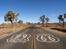 Weg 66 mit Joshua-Bäumen Stockfoto