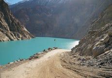 Weg aan Attabad-Meer in Noordelijk Pakistan Stock Fotografie