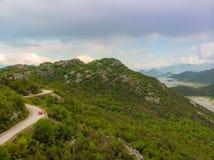 Weg aan de berg De mooie Weg van de de Zomerberg royalty-vrije stock fotografie
