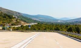 Weg aan de bergen met een mooi landschap stock afbeelding