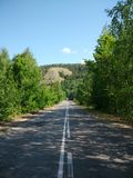 Weg aan de bergen onder de bomen in het Samara-gebied royalty-vrije stock afbeelding