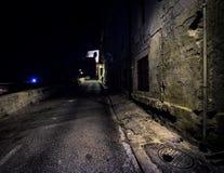 Weg aan Duisternis De donkere stegen van oude Valletta malta stock afbeeldingen
