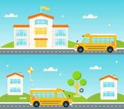 Weg aan en van school Schoolbus, de schoolbouw, huizen langs de straat Royalty-vrije Stock Afbeelding