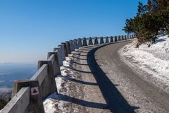 Weg aan Gegekscheerde Berg op zonnige de winterdag, Liberec, Tsjechische Republiek Royalty-vrije Stock Afbeelding