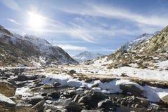 Weg aan Grote Sint-bernardpas in de winter Stock Foto's