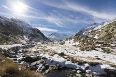 Weg aan Grote Sint-bernardpas in de winter Royalty-vrije Stock Afbeeldingen