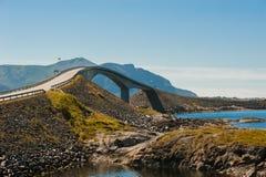 Weg aan hemel - mening bij Atlantische Weg, Noorwegen Royalty-vrije Stock Foto's