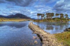 Weg aan het eiland op meer van Connemara stock afbeeldingen