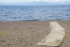 Weg aan het meer, door het zand royalty-vrije stock foto