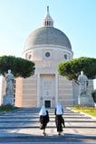 Weg aan kerk, twee nonnen op hun manier aan kerk Royalty-vrije Stock Afbeeldingen
