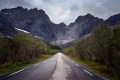 Weg aan Nussfjord-dorp in Lofoten-eilanden, Noorwegen Stock Foto's