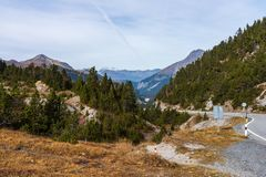 Weg aan Ofenpass - Fuorn-pas in Val Mustair van kanton Grisons, Zwitserland stock foto