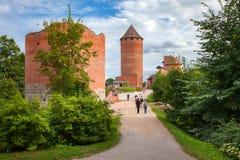 Weg aan oud Turaida-kasteel Sigulda, Letland stock foto's