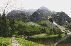 Weg aan Rysy-piek zonder toeristen, Morskie Oko, Tatra stock fotografie