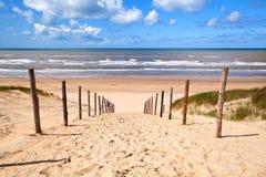 Weg aan zandig strand door Noordzee royalty-vrije stock fotografie