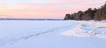 Weg auf dem gefrorenen See auf einem klaren Wintermorgen Stockbilder