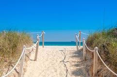 Weg auf dem Sand, der zum Ozean im Miami Beach geht Stockbild