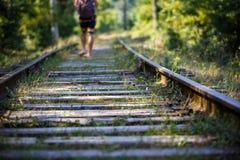Weg auf der Eisenbahn im Sommer, Lagerschwellen überwältigt mit Gras stockbild