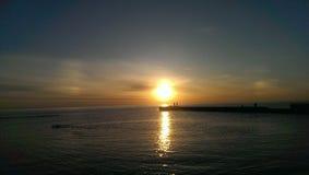 Weg auf einem frischen Strand nahe dem Meer lizenzfreies stockfoto