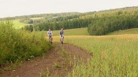 Weg auf Fahrrädern stock video footage