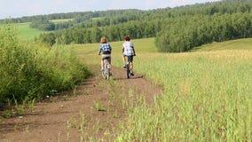 Weg auf Fahrrädern stock video