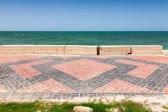 Weg auf Küste des Persischen Golfs in Saudi-Arabien stockbilder