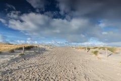 Weg auf Sand und beaufirul blauem Himmel lizenzfreies stockfoto
