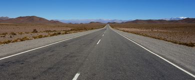 Weg, bergen en gletsjer - route 33, salta, Argentinië stock foto's
