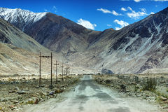 Weg, Bergen van Leh, Ladakh, Jammu en Kashmir, India Royalty-vrije Stock Afbeeldingen